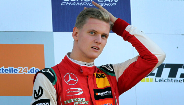 Mick Schumacher porta in pista la Jordan del padre