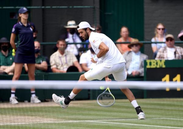 Matteo Berrettini a Wimbledon nel tweener vincente al secondo set