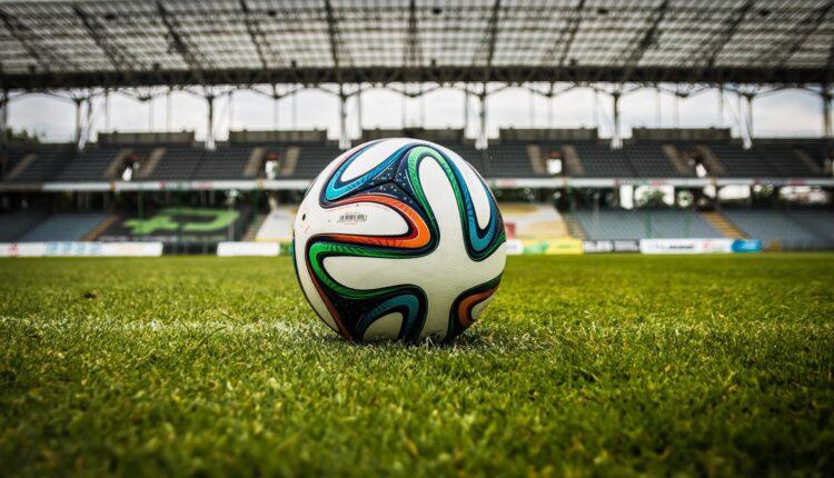 FIFA pensa a delle nuove regole: 2 tempi da 30, sostituzioni illimitate