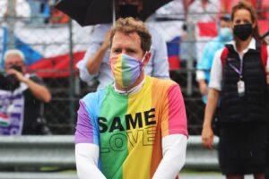 Vettel indossa una maglia arcobaleno prima del GP d'Ungheria