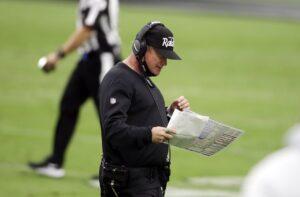 Jon Gruden, da allenatore di successo a cancellato in poche settimane (Crediti: AP Photo/Isaac Brekken)